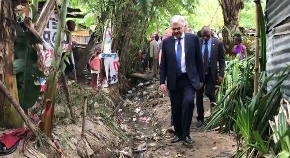 «Saboté» à l'inauguration de l'ambassade, Didier Reynders se montre dans un quartier insalubre de Kinshasa
